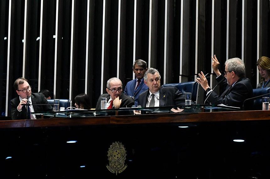 """Plenário do Senado Federal durante sessão de debates temáticos destinada a tratar sobre o Projeto de Lei nº 3.511, de 2019, que """"altera a Lei nº 12.651, de 25 de maio de 2012, para dispor sobre o Programa de Regularização Ambiental (PRA) e o Cadastro Ambiental Rural (CAR)"""".   Mesa:  consultor ambiental da Organização das Cooperativas do Brasil (Sistema OCB) e doutor em Direito Econômico e Socioambiental, Leonardo Papp;  ex-deputado federal e relator do Novo Código Florestal, José Aldo Rebelo Figueiredo;  presidente e requerente da sessão e vice-presidente da Frente Parlamentar da Agropecuária no Senado, senador Luis Carlos Heinze (PP-RS);  biólogo, doutor em Ciência Ambiental e ex-secretário executivo do Ministério do Meio Ambiente, João Paulo Ribeiro Capobianco.  Foto: Jane de Araújo/Agência Senado"""