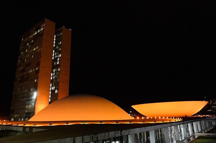 No dia 30 de agosto comemora-se o Dia Nacional de Conscientização da Esclerose Múltipla desde 2006. Por isso, as cúpulas do Congresso Nacional estarão iluminadas na cor laranja até o dia 31 de agosto a pedido da Associação Amigos Múltiplos pela Esclerose (AME).   Foto: Marcos Oliveira/Agência Senado