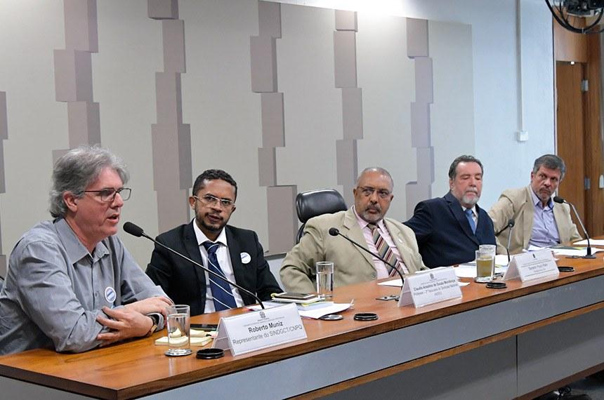 """A audiência, requerida pelo senador Paulo Paim (centro), reuniu sindicalistas para discutir """"O Estado necessário para o desenvolvimento brasileiro no século 21"""""""