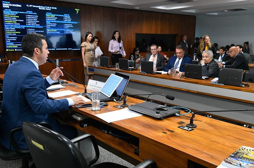 Comissão de Serviços de Infraestrutura (CI) realiza reunião deliberativa com 7 itens. Entre eles, o PLC 153/2015, que garante segunda via de bilhete rodoviário.  À mesa, presidente da CI, senador Marcos Rogério (DEM-RO).  Bancada: senador Fabiano Contarato (Rede-ES); senador Alvaro Dias (Podemos-PR); senador Elmano Férrer (Podemos-PI).  Foto: Jane de Araújo/Agência Senado