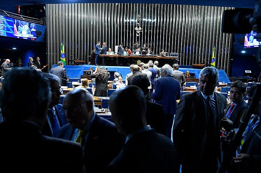 Plenário do Senado Federal durante sessão deliberativa ordinária. Ordem do dia.  Em primeiro plano, senador Lasier Martins (Podemos-RS).  Mesa: senador Jorginho Mello (PL-SC); senadora Rose de Freitas (Podemos-ES);  presidente do Senado, senador Davi Alcolumbre (DEM-AP).; senador Randolfe Rodrigues (Rede-AP); deputada Soraya Santos (PL-RJ);  senador Antonio Anastasia (PSDB-MG); secretário-geral da Mesa, Luiz Fernando Bandeira de Mello Filho;  senador Veneziano Vital do Rêgo (PSB-PB).  Foto: Roque de Sá/Agência Senado