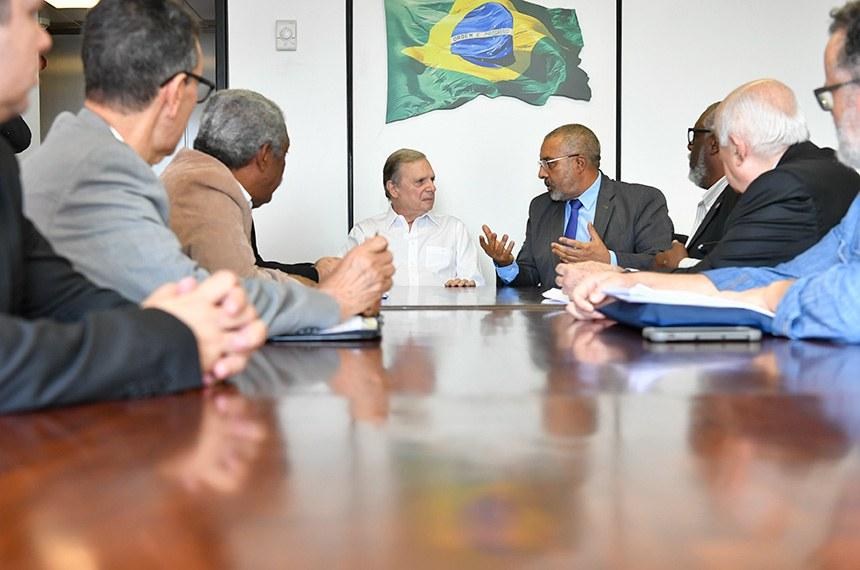 Relator da PEC 6/2019, senador Tasso Jereissati (PSDB-CE) e senador Paulo Paim (PT-RS) recebem sindicalistas.  Foto: Geraldo Magela/Agência Senado
