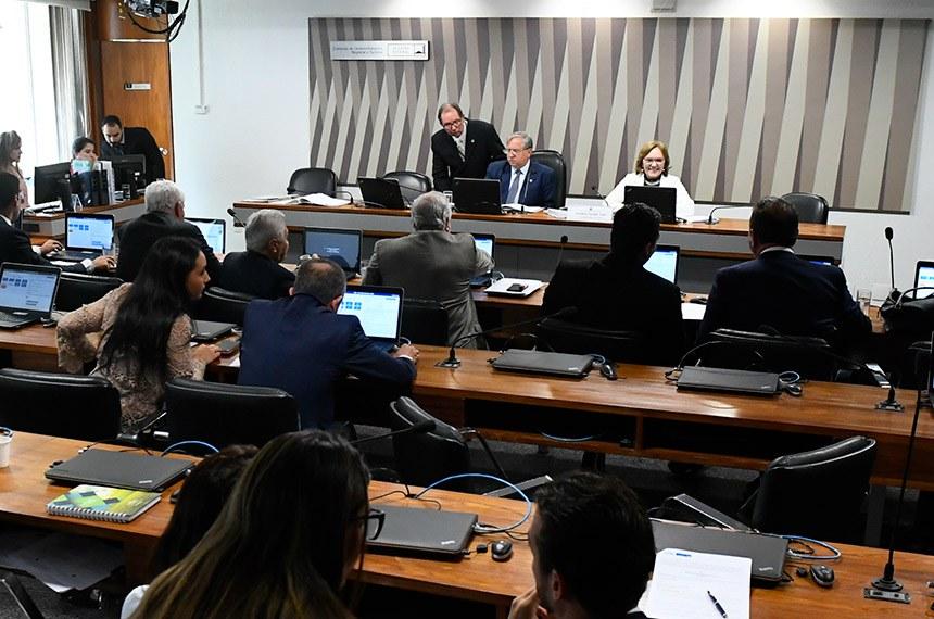 Comissão de Desenvolvimento Regional e Turismo (CDR) realiza reunião com 9 itens. Entre eles, o PLC 42/2013, que regulamenta a profissão de salva-vidas.  Mesa: presidente da CDR, senador Izalci (PSDB-DF); vice-presidente da CDR, senadora Zenaide Maia (Pros-RN).   Foto: Marcos Oliveira/Agência Senado
