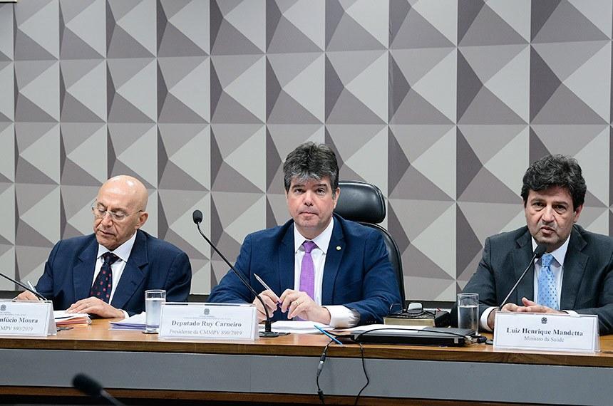Comissão Mista da Medida Provisória (CMMPV) n° 890 de 2019, que institui o Programa Médicos pelo Brasil, no âmbito da atenção primária à saúde no Sistema Único de Saúde, e autoriza o Poder Executivo federal a instituir serviço social autônomo denominado Agência para o Desenvolvimento da Atenção Primária à Saúde, realiza audiência pública para debater a MP.   Mesa (E/D):  relator da CMMPV 890/2019, senador Confúcio Moura (MDB-RO);  presidente da CMMPV 890/2019, deputado Ruy Carneiro (PSDB-PB);  ministro da Saúde, Luiz Henrique Mandetta.  Foto: Pedro França/Agência Senado