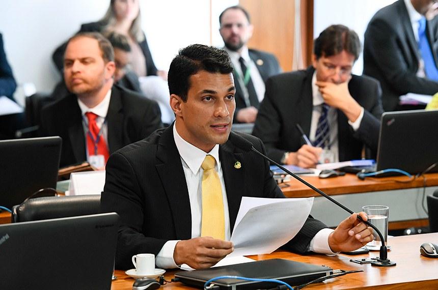 Comissão de Assuntos Sociais (CAS) realiza reunião com 17 itens. Entre eles, o PL 682/2019, que concede benefícios fiscais por dependentes com doenças raras.  À bancada, senador Irajá (PSD-TO) em pronunciamento.   Foto: Marcos Oliveira/Agência Senado