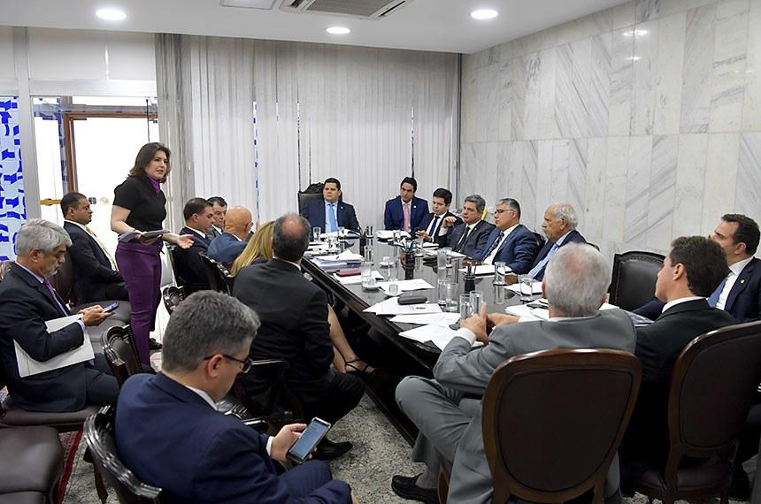 Presidente do Senado Federal, senador Davi Alcolumbre (DEM-AP), realiza reunião de líderes.   Em pronunciamento, senadora Simone Tebet (MDB-MS).  Participam: presidente do Senado, senador Davi Alcolumbre (DEM-AP);  secretário-geral da Mesa, Luiz Fernando Bandeira de Mello Filho;  senador Randolfe Rodrigues (Rede-AP); senador Rogério Carvalho Santos (PT-SE); senador Eduardo Girão (Podemos-CE); senador Oriovisto Guimarães (Podemos-PR); senador Paulo Rocha (PT-PA);  senador Rodrigo Pacheco (DEM-MG);  senador Major Olimpio (PSL-SP);  senador Veneziano Vital do Rêgo (PSB-PB); senador Otto Alencar (PSD-BA);  senador Alessandro Vieira (Cidadania-SE); senador Izalci (PSDB-DF);  senador Fernando Bezerra Coelho (MDB-PE); senadora Daniella Ribeiro (PP-PB);  senador Esperidião Amin (PP-SC);  senador Flávio Bolsonaro (PSL-RJ);  senador Eduardo Braga (MDB-AM);  senador Angelo Coronel (PSD-BA);  senador Vanderlan Cardoso (PP-GO);  senador Humberto Costa (PT-PE);  senador Weverton (PDT-MA).  Foto: Marcos Brandão/Senado Federal