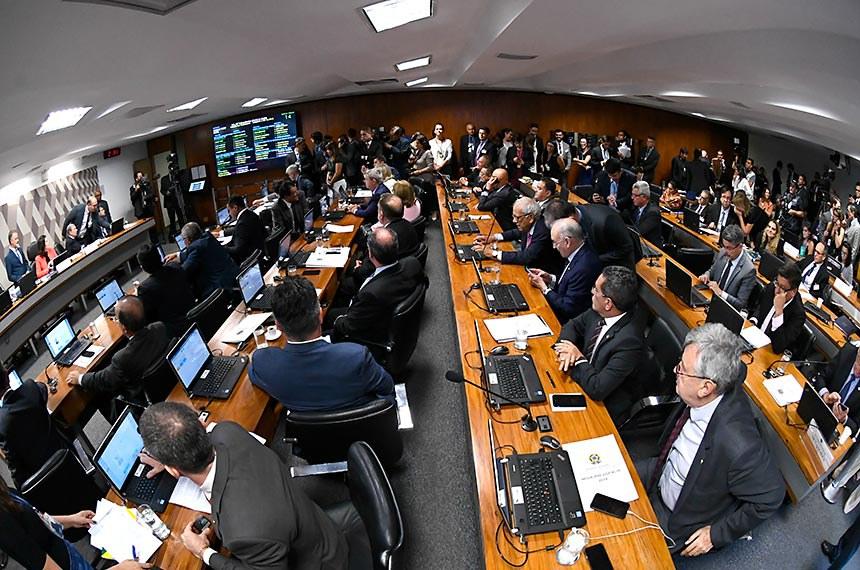 Comissão de Constituição, Justiça e Cidadania (CCJ) realiza reunião deliberativa para análise da PEC 6/2019, que modifica o sistema de previdência social.  Mesa: presidente da CCJ, senadora Simone Tebet (MDB-MS);  relator da PEC 6/2019, senador Tasso Jereissati (PSDB-CE).  Bancada: senador Humberto Costa (PT-PE);  senador Veneziano Vital do Rêgo (PSB-PB);  senador Eduardo Braga (MDB-AM);  senador Weverton (PDT-MA);  senador Paulo Paim (PT-RS);  senador Marcos do Val (Podemos-ES);  senador Jorginho Mello (PL-SC);  senador Rogério Carvalho Santos (PT-SE);  senador Marcos Rogério (DEM-RO);  senadora Juíza Selma (PSL-MT);  senador Antonio Anastasia (PSDB-MG);  senadora Zenaide Maia (Pros-RN);  senador Fernando Bezerra Coelho (MDB-PE);  senador Ciro Nogueira (PP-PI);  senador Fabiano Contarato (Rede-ES); senador Zequinha Marinho (PSC-PA);  senador José Maranhão (MDB-PB);  senador Esperidião Amin (PP-SC);  senador Roberto Rocha (PSDB-MA);  senador Oriovisto Guimarães (Podemos-PR); senador Arolde de Oliveira (PSD-RJ); senador Mecias de Jesus (Republicanos-RR);  senador Luis Carlos Heinze (PP-RS); senador Major Olimpio (PSL-SP);  senador Alessandro Vieira (Cidadania-SE);  senador Carlos Viana (PSD-MG);  senador Otto Alencar (PSD-BA).  Foto: Marcos Oliveira/Agência Senado