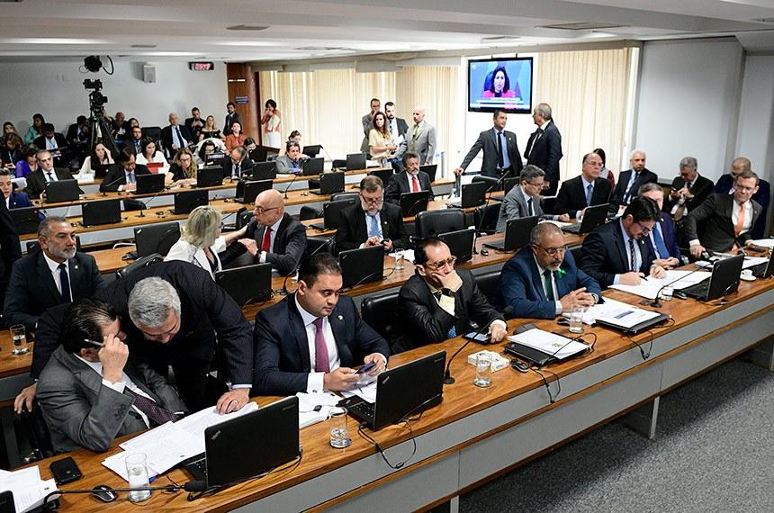 Comissão de Constituição, Justiça e Cidadania (CCJ) realiza reunião deliberativa para análise da PEC 6/2019, que modifica o sistema de previdência social.  Participam: senador Flávio Arns (Rede-PR); senador Eduardo Braga (MDB-AM);  senador Major Olimpio (PSL-SP);  senador Marcos do Val (Podemos-ES); senador Jorge Kajuru (Patriota-GO);  senador Paulo Paim (PT-RS); senador Weverton (PDT-MA); senador Telmário Mota (Pros-RR); senador Flávio Arns (Rede-PR).  Foto: Pedro França/Agência Senado