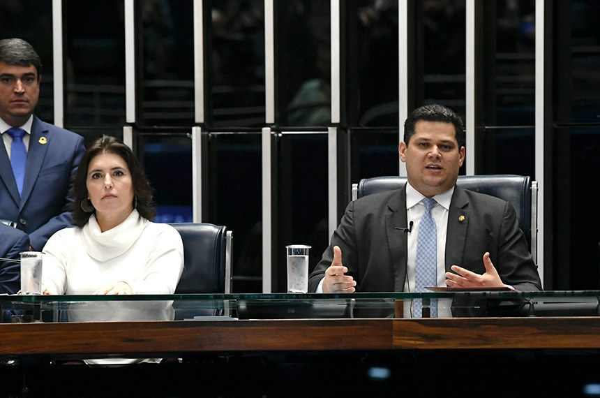 Plenário do Senado Federal durante sessão não deliberativa.   Presidente do Senado, senador Davi Alcolumbre (DEM-AP), faz leitura da PEC 6/2019 no Plenário para dar início à tramitação da proposta na Casa.  Mesa: senador Marcio Bittar (MDB-AC);  senador Alvaro Dias (Podemos-PR);  senadora Simone Tebet (MDB-MS);  secretário-geral da Mesa, Luiz Fernando Bandeira de Mello Filho;  presidente do Senado, senador Davi Alcolumbre (DEM-AP);  senador Tasso Jereissati (PSDB-CE);  senadora Daniella Ribeiro (PP-PB); senador Jorginho Mello (PL-SC).  Foto: Jefferson Rudy/Agência Senado