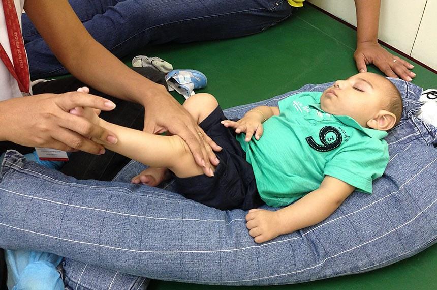 Exercícios simples estimulam bebês com microcefalia  A fisioterapeuta Cynthia Ximenes da Associação de Assistência à Criança Deficiente (AACD) atende bebês com microcefalia e orienta as mães como fazer os exercícios em casa para melhorar o desenvolvimento das crianças.
