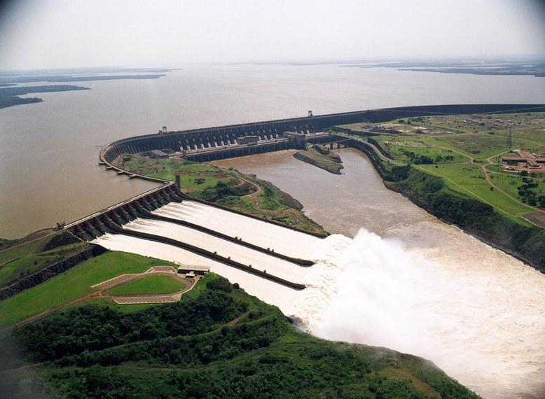 Hidrelétrica de Itaipu, no Rio Paraná, na divisa entre Brasil e Paraguai: contrato recente, que aumentava o preço da energia, levou a crise política no país vizinho