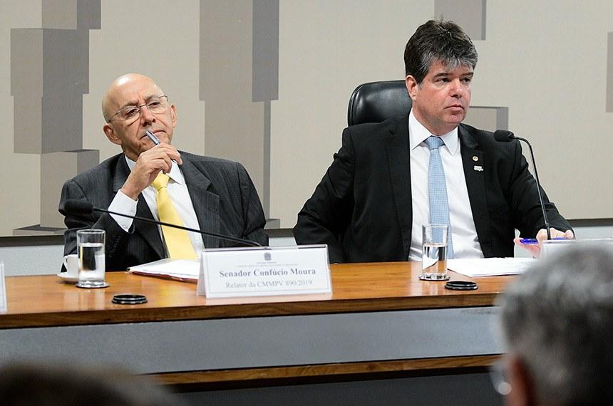 Comissão Mista da Medida Provisória (CMMPV) n° 890 de 2019, que institui o Programa Médicos pelo Brasil, no âmbito da atenção primária à saúde no Sistema Único de Saúde, e autoriza o Poder Executivo federal a instituir serviço social autônomo denominado Agência para o Desenvolvimento da Atenção Primária à Saúde, realiza audiência pública interativa para tratar sobre a medida.  Mesa (E/D):  relator da CMMPV 890/2019, senador Confúcio Moura (MDB-RO); presidente da CMMPV 890/2019, deputado Ruy Carneiro (PSDB-PB); ministro de Estado da Educação, Abraham Weintraub.  Foto: Pedro França/Agência Senado