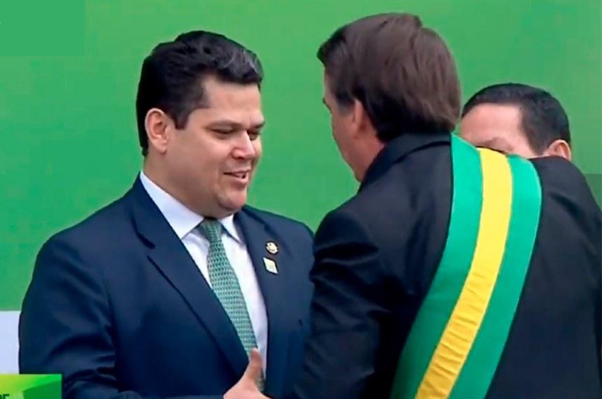 O presidente do Senado, Davi Alcolumbre, cumprimenta Jair Bolsonaro