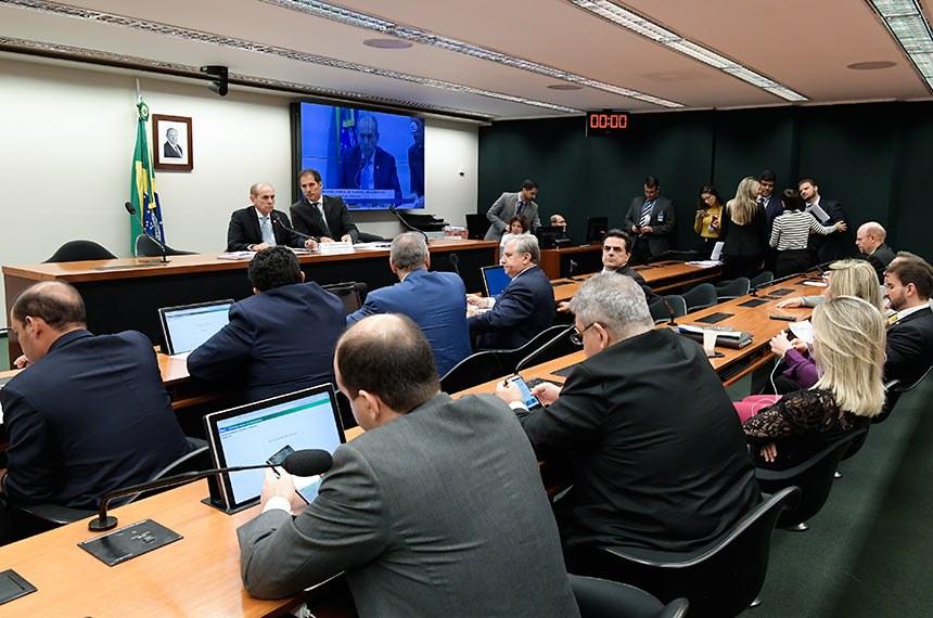 Comissão Mista de Planos, Orçamentos Públicos e Fiscalização (CMO) realiza reunião com 5 itens. Na pauta, relatório preliminar apresentado ao projeto da Lei de Diretrizes Orçamentárias (LDO) de 2020 (PLN 5/19).  Participam: presidente da CMO, senador Marcelo Castro (MDB-PI); secretário da comissão.  Foto: Waldemir Barreto/Agência Senado