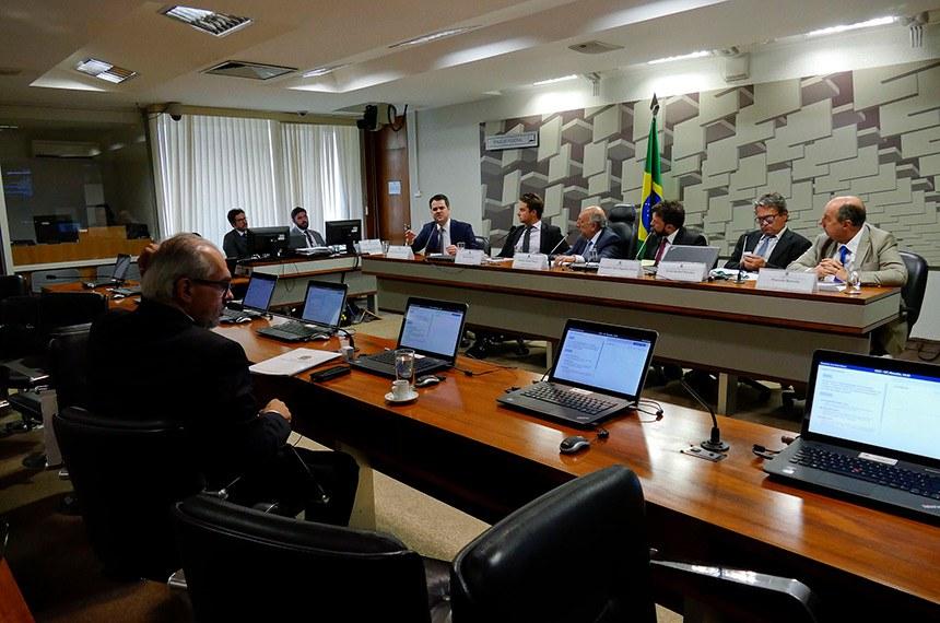 """CCC - Comissão Temporária para Reforma do Código Comercial (Art. 374-RISF) realiza audiência interativa para tratar sobre os temas: """"Desconsideração da Personalidade Jurídica"""", """"Provas no PLS 487/2013 e sua compatibilidade com o Código de Processo Civil"""" e """"Os Contratos do Agronegócio no Projeto de Código Comercial"""".  Mesa: presidente da Comissão Especial de Análise do Novo Código Comercial do Conselho Federal da Ordem dos Advogados do Brasil (OAB), Gustavo Ramiro Costa Neto; membro do Conselho de Assuntos Tributários, Legais e Cíveis da Federação das Indústrias do Estado do Rio Grande do Sul e representante da Confederação Nacional da Indústria, Rafael Nichele; relator da CCC, senador Pedro Chaves (PRB-MS); professor de Direito Processual Civil da Universidade de São Paulo e da Pontifícia Universidade Católica do Rio de Janeiro, Alexandre Reis Siqueira Freire; coordenador-geral de fibras, oleaginosas e borracha do Departamento de Comercialização e Abastecimento da Secretaria de Política Agrícola do Ministério da Agricultura, Pecuária e Abastecimento, Sávio Rafael Pereira; consultor jurídico da Confederação Nacional do Comércio, Marcelo Barreto.  Foto: Roque de Sá/Agência Senado"""