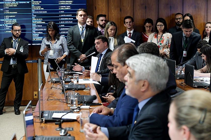 Comissão Parlamentar Mista de Inquérito - Fake News (CPMI Fake News) realiza reunião deliberativa com 9 itens de requerimentos de convocação.  Bancada: senador Flávio Bolsonaro (PSL-RJ); deputado Rui Falcão (PT-SP); deputada Natália Bonavides (PT-RN); deputado Carlos Zarattini (PT-SP); senador Eduardo Gomes (MDB-TO);  senador Humberto Costa (PT-PE); deputada Luizianne (PT-CE).  Foto: Waldemir Barreto/Agência Senado