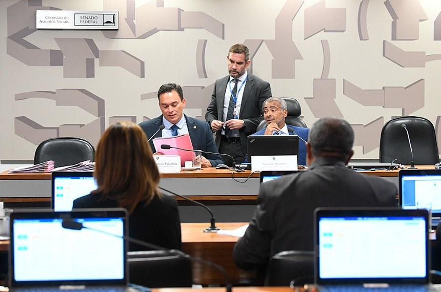 Comissão de Assuntos Sociais (CAS) realiza reunião deliberativa com 25 itens. Entre eles, o PLS 425/2018, que garante aposentadoria a dependentes até a concessão da pensão por morte.   Mesa:  vice-presidente da CAS, senador Styvenson Valentim (Podemos-RN);  presidente da CAS, senador Romário (Podemos-RJ).  Foto: Jane de Araújo/Agência Senado