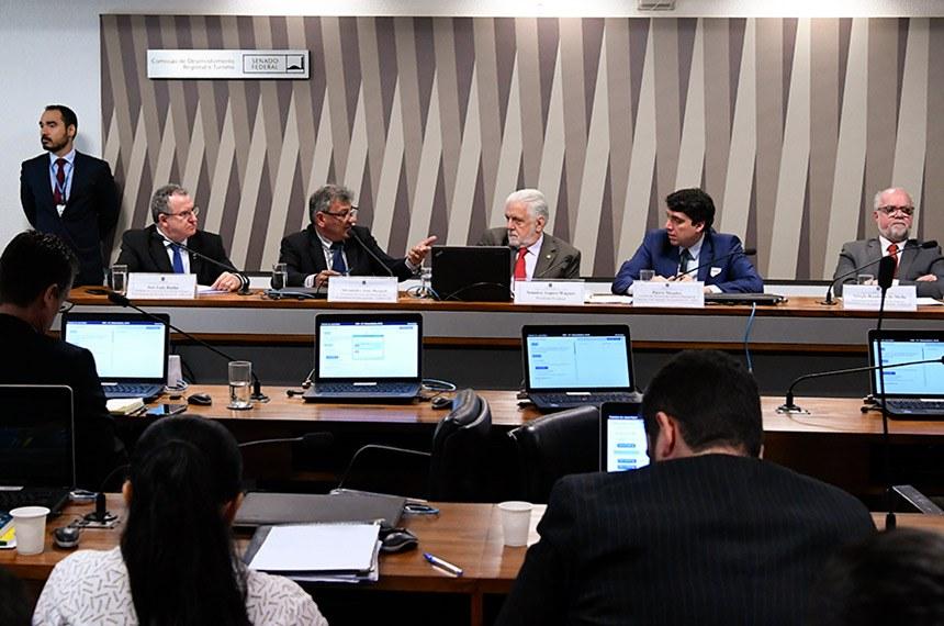 Comissão de Desenvolvimento Regional e Turismo (CDR) realiza audiência pública interativa para tratar sobre a proposta de venda fracionada de gás de cozinha (GLP) da Agência Nacional de Petróleo, Gás Natural e Biocombustíveis (ANP).  Mesa: representante de Associação Brasileira das Entidades Representativas das Revendas de Gás LP (ABRAGAS), José Luiz Rocha; representante de Associação Brasileira dos Revendedores de Gás Liquifeito (ASMIRG-BR), Alexandre José Borjaili; presidente eventual da CDR, senador Jaques Wagner (PT-BA); assessor da Diretoria-Geral, Pietro Mendes; representante de Sindicato Nacional das Empresas Distribuidoras de Gás Liquefeito de Petróleo (SINDIGAS), Sérgio Bandeira Mello.   Foto: Geraldo Magela/Agência Senado