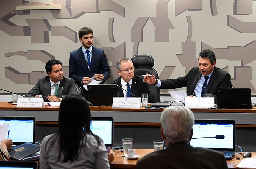 Comissão Mista Permanente sobre Mudanças Climáticas (CMMC) realiza reunião para apreciação do plano de trabalho.  Mesa: relator da CMMC, deputado Edilázio Júnior (PSD-MA); presidente da CMMC, senador Zequinha Marinho (PSC-PA); vice-presidente da CMMC, deputado Sergio Souza (MDB-PR).  Foto: Marcos Oliveira/Agência Senado