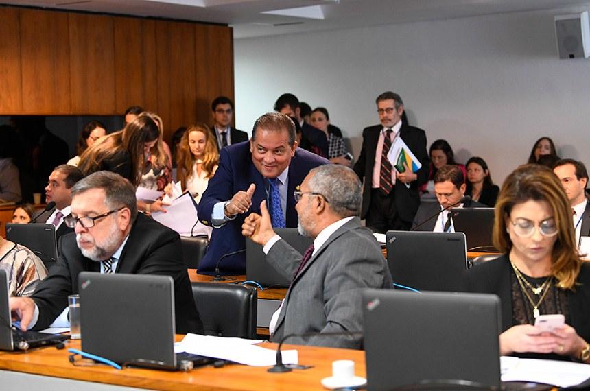 Comissão de Assuntos Sociais (CAS) realiza reunião deliberativa com 25 itens. Entre eles, o PLS 425/2018, que garante aposentadoria a dependentes até a concessão da pensão por morte.   Em destaque:  senador Eduardo Gomes (MDB-TO);  senador Paulo Paim (PT-RS).  Foto: Jane de Araújo/Agência Senado