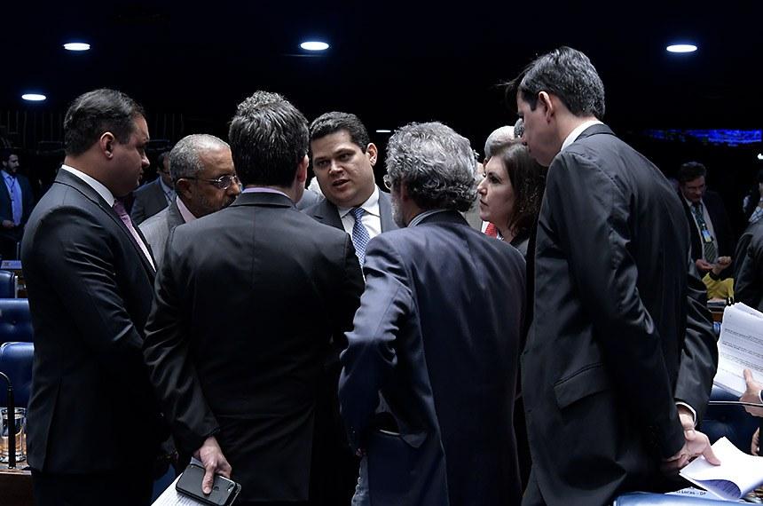 Plenário do Senado Federal durante sessão deliberativa ordinária. Ordem do dia.  Participam: presidente do Senado, senador Davi Alcolumbre (DEM-AP); senador Weverton (PDT-MA);  senador Randolfe Rodrigues (Rede-AP); senador Jorge Kajuru (Patriota-GO); senadora Simone Tebet (MDB-MS);  senador Paulo Paim (PT-RS).  Foto: Waldemir Barreto/Agência Senado
