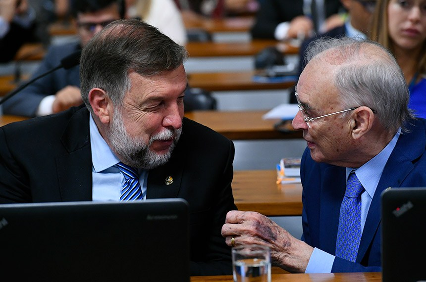 Comissão de Direitos Humanos e Legislação Participativa (CDH) realiza reunião com 17 itens. Entre eles, o PLS 44/2016, que obriga divulgação de cadastro de desaparecidos na TV.  Bancada: senador Flávio Arns (Rede-PR);  senador Arolde de Oliveira (PSD-RJ).  Foto: Geraldo Magela/Agência Senado