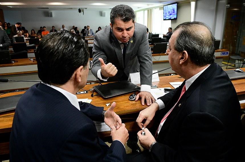 Comissão de Assuntos Econômicos (CAE) realiza reunião com 24 itens. Entre eles, o PLC 137/2017, que cria a Política Nacional de Economia Solidária.  Mesa: Presidente da CAE, senador Omar Aziz (PSD-AM);  senador Eduardo Braga (MDB-AM); senador Marcos Rogério (DEM-RO).  Foto: Pedro França/Agência Senado