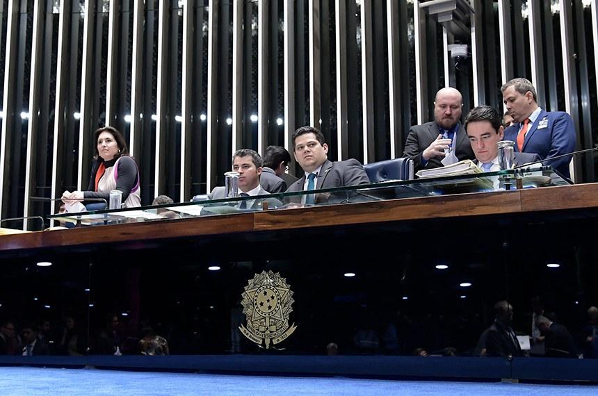 Plenário do Senado Federal durante sessão deliberativa ordinária. Ordem do dia.   Mesa:  senadora Simone Tebet (MDB-MS);  senador Marcos Rogério (DEM-RO);  presidente do Senado Federal, senador Davi Alcolumbre (DEM-AP);  secretário-geral da Mesa, Luiz Fernando Bandeira de Mello Filho.  Foto: Waldemir Barreto/Agência Senado