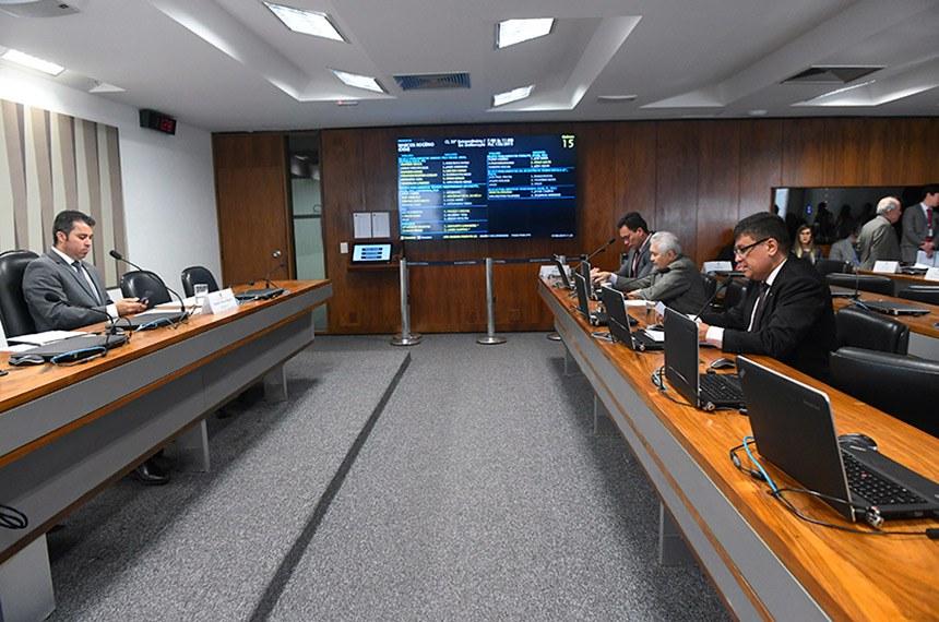 Comissão de Serviços de Infraestrutura (CI) realiza reunião com 6 itens. Entre eles, o PLC 61/2013, que propõe a construção da Estrada-Parque Caminho do Colono, ligando as cidades de Serranópolis e Capanema, passando por dentro do Parque do Iguaçu, no Paraná.  À mesa, presidente da CI, senador Marcos Rogério (DEM-RO).  Bancada: senador Styvenson Valentim (Podemos-RN); senador Elmano Férrer (Podemos-PI);  senador Carlos Viana (PSD-MG), em pronunciamento.  Foto: Jane de Araújo/Agência Senado