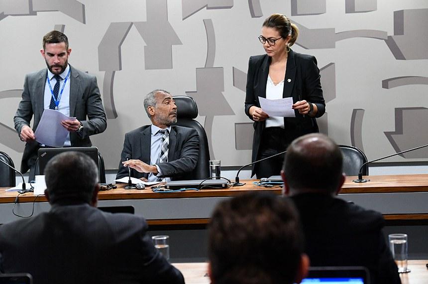 Comissão de Assuntos Sociais (CAS) realiza reunião com 17 itens. Entre eles, o PLS 425/2018, que aumenta de 21 para 24 anos o limite de idade para órfãos receberem pensão por morte.    À mesa: presidente da CAS, senador Romário (Podemos-RJ). À direita, senadora Leila Barros (PSB-DF).  Foto: Geraldo Magela/Agência Senado
