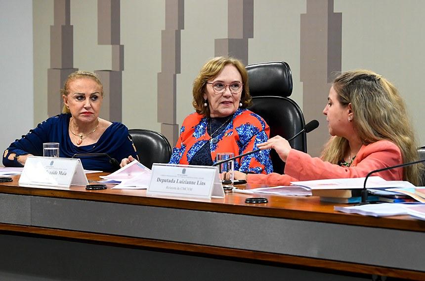 Comissão Permanente Mista de Combate à Violência contra a Mulher (CMCVM) realiza reunião. 1ª parte: apresentação do relatório de atividades do biênio 2017-2018; 2ª parte: apreciação de requerimentos.  Mesa:  vice-presidente da CMCVM, deputada Elcione Barbalho (MDB-PA); presidente da CMCVM, senadora Zenaide Maia (Pros-RN);  relatora da CMCVM, deputada Luizianne Lins (PT-CE).  Foto: Jane de Araújo/Agência Senado