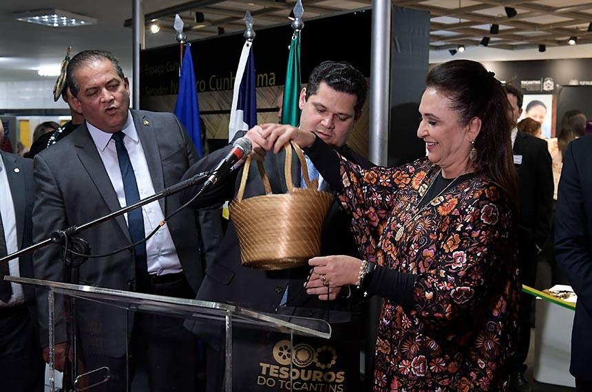 """Abertura da exposição """"Tesouros do Tocantins"""" no Espaço Ivandro Cunha Lima no Senado Federal.   Peças do artesanato tocantinense confeccionadas em fibras de buriti, capim dourado, madeira, cerâmica, sementes e babaçu estarão no espaço de 16 a 20 de setembro e pode ser conferida pelo público das 9h às 18h30. A mostra é oficialmente aberta, hoje (18), pela senadora Kátia Abreu (PDT-TO).   Participam: presidente do Senado, senador Davi Alcolumbre (DEM-AP);  senador Eduardo Gomes (MDB-TO);  senadora Kátia Abreu (PDT-TO); diretor de Administração e Finanças do Sebrae Nacional, Eduardo Diogo.  Foto: Waldemir Barreto/Agência Senado"""