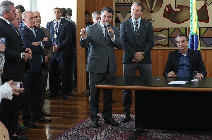 (Brasília - DF, 17/09/2019) Presidente da República, Jair Bolsonaro durante a solenidade de sanção da Lei 3715/19, que altera o estatuto do desarmamento. na foto: senador marcos rogério, autor do projeto, na foto:  deputado Afonso Hamm (PP-RS), relator do texto na Câmara dos Deputados e o presidente jair bolsonaro. Foto: Marcos Corrêa/PR