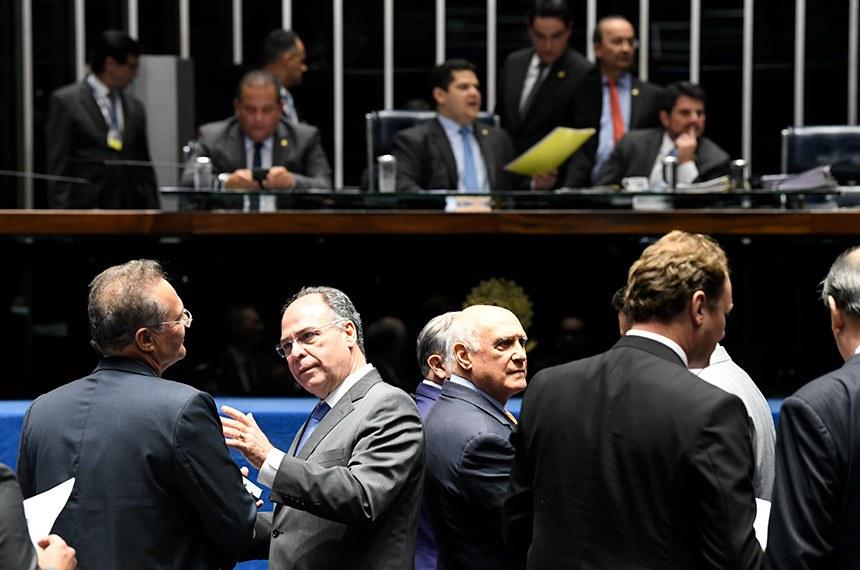 Plenário do Senado Federal durante sessão deliberativa ordinária. Ordem do dia: na pauta a PEC paralela da Previdência (PEC 133/2019).  Mesa: senador Eduardo Gomes (MDB-TO);  presidente do Senado, senador Davi Alcolumbre (DEM-AP);  senador Jorginho Mello (PL-SC);  senador Marcos do Val (Podemos-ES).  Em foco, à bancada: senador Renan Calheiros (MDB-AL);  senador Fernando Bezerra Coelho (MDB-PE); senador Lasier Martins (Podemos-RS).  Foto: Jefferson Rudy/Agência Senado