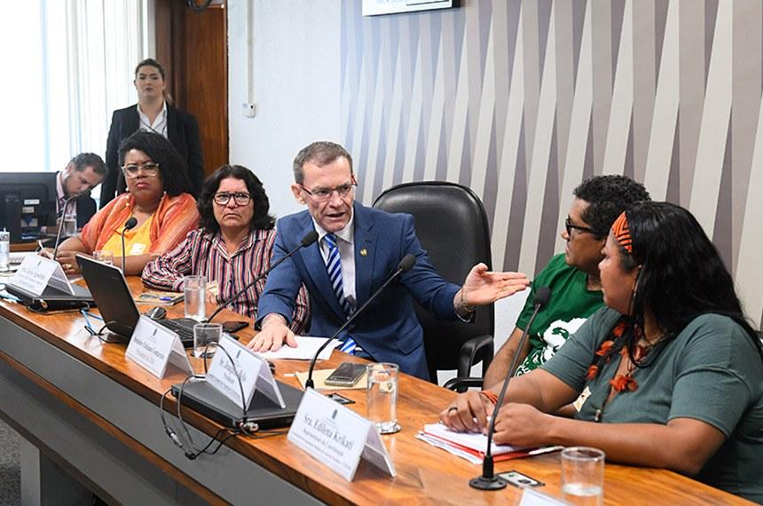 Comissão de Meio Ambiente (CMA) realiza audiência pública interativa para tratar sobre o papel de áreas protegidas no Brasil para territórios comunitários, geração de renda e conservação da biodiversidade. Entre os convidados estão representantes da Funatura; das populações extrativistas; e das Organizações Indígenas da Amazônia Brasileira.  Mesa: coordenadora da Coordenação Nacional de Articulação das Comunidades Negras Rurais Quilombolas (Conaq), Katia dos Santos Penha; geraizeira da RDS Nascentes Geraizeiras, Lúcia Agostinho; presidente da CMA, senador Fabiano Contarato (Rede-ES); presidente do Conselho Nacional das Populações Extrativistas (CNS), Joaquim Correa de Souza Belo; representante da Coordenação das Organizações Indígenas da Amazônia Brasileira (Coiab), Edilena Erroure Tourino.  Foto: Marcos Oliveira/Agência Senado