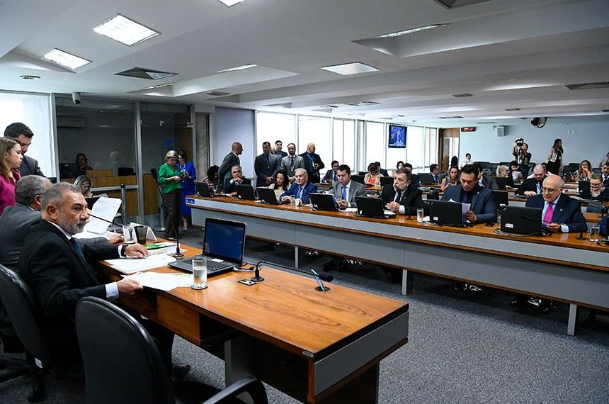 Comissão de Direitos Humanos e Legislação Participativa (CDH) realiza reunião deliberativa com 20 itens. Entre eles, o PLS 44/2016, que regula divulgação de dados sobre pessoas desaparecidas na televisão.   Mesa:  vice-presidente da CDH, senador Telmário Mota (Pros-RR);  presidente da CDH, senador Paulo Paim (PT-RS).   Bancada:  senador Eduardo Girão (Podemos-CE);  senadora Mailza Gomes (PP-AC);  senador Arolde de Oliveira (PSD-RJ);  senador Marcos Rogério (DEM-RO);  senador Flávio Arns (Rede-PR);  senador Styvenson Valentim (Podemos-RN);  senador Lasier Martins (Podemos-RS).  Foto: Geraldo Magela/Agência Senado