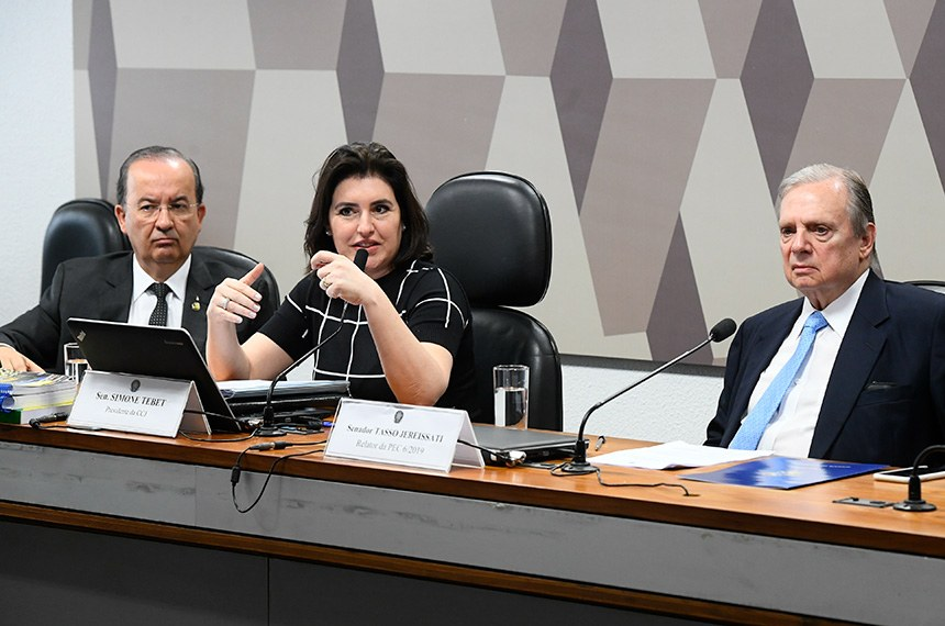 Comissão de Constituição, Justiça e Cidadania (CCJ) realiza reunião deliberativa com item único: PEC 6/2019, que modifica o sistema de previdência social.   Mesa:  vice-presidente da CCJ, senador Jorginho Mello (PL-SC);  presidente da CCJ, senadora Simone Tebet (MDB-MS);  relator da PEC 6/2019, senador Tasso Jereissati (PSDB-CE).  Foto: Marcos Oliveira/Agência Senado