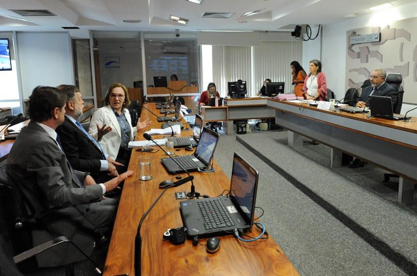 Comissão de Direitos Humanos e Legislação Participativa (CDH) realiza reunião com 37 itens. Entre eles, o PLS 195/2011, que torna obrigatória a disponibilidade de veículos adaptados para o aprendizado de pessoas com deficiência física nas instituições de formação de condutores que especifica.  À mesa, presidente da CDH, senador Paulo Paim (PT-RS), conduz sessão.  Bancada: senador Acir Gurgacz (PDT-RO);  senador Flávio Arns (Rede-PR); senadora Zenaide Maia (Pros-RN).  Foto: Roque de Sá/Agência Senado