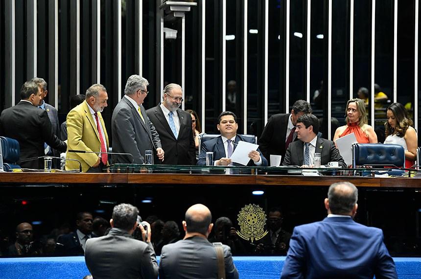 O presidente do Senado, Davi Alcolumbre, anuncia o resultado da votação ao lado de Augusto Aras, aprovado para o cargo de procurador-geral da República