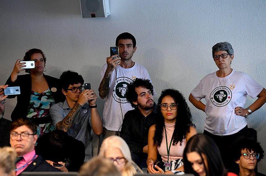 Comissão de Direitos Humanos e Legislação Participativa (CDH) realiza reunião com 9 itens. Entre eles, Emendas de Plenário ao PLC 130/2011, que iguala salários de homens e mulheres.  Manifestantes acompanham a sessão.  Foto: Marcos Oliveira/Agência Senado