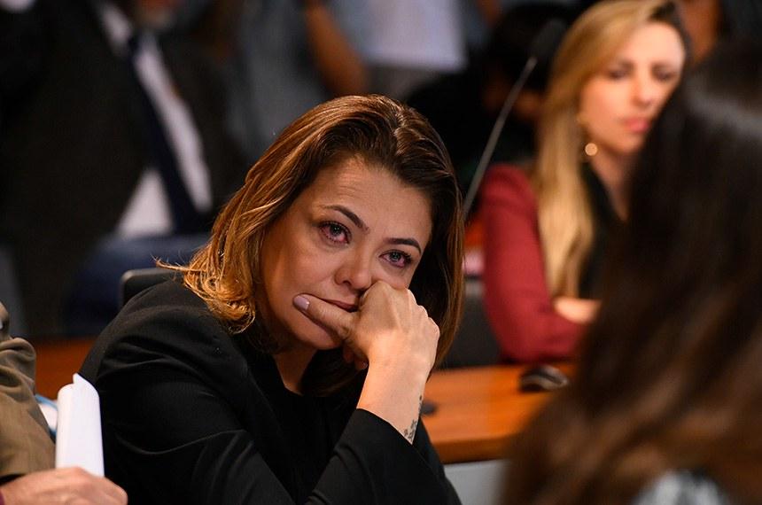 Comissão de Direitos Humanos e Legislação Participativa (CDH) realiza reunião com 9 itens. Entre eles, Emendas de Plenário ao PLC 130/2011, que iguala salários de homens e mulheres.  Senadora Leila Barros (PSB-DF) se emciona durante pronunciamento da senadora Mara Gabrilli (PSDB-SP).  Foto: Marcos Oliveira/Agência Senado