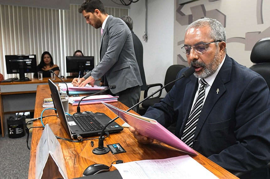 Comissão de Direitos Humanos e Legislação Participativa (CDH) realiza reunião com 9 itens. Entre eles, Emendas de Plenário ao PLC 130/2011, que iguala salários de homens e mulheres.  Em pronunciametno, à mesa, presidente da CDH, senador Paulo Paim (PT-RS).  Foto: Marcos Oliveira/Agência Senado