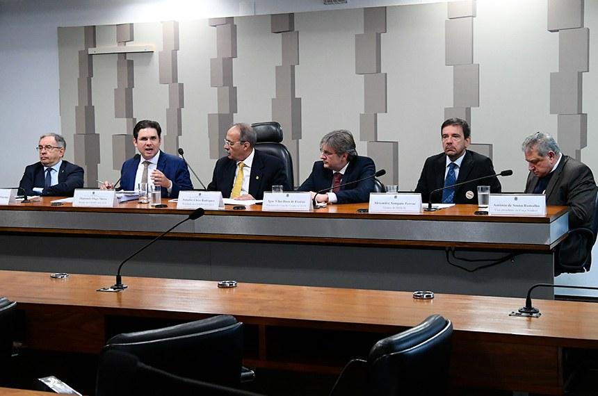 Comissão Mista da Medida Provisória n° 889 de 2019, que institui a modalidade de saque-aniversário do Fundo de Garantia do Tempo de Serviço (FGTS), realiza audiência pública interativa para debater a MP.   Mesa: presidente da Câmara Brasileira da Indústria da Construção (CBIC), José Carlos Rodrigues Martins; relator da CMMPV 889/2019, deputado Hugo Motta (Republicanos-PB);  presidente da CMMPV 889/2019, senador Chico Rodrigues (DEM-RR); presidente do Conselho Curador do Fundo de Garantia do Tempo de Serviço (FGTS), Igor Vilas Boas de Freitas; Técnico do Departamento Intersindical de Estatística e Estudos Socioeconômicos (DIEESE), Alexandre Sampaio Ferraz; vice-presidente da Força Sindical, Antônio de Sousa Ramalho.  Foto: Geraldo Magela/Agência Senado