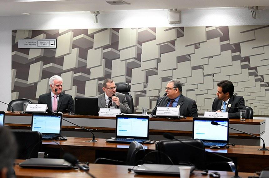 """Comissão de Meio Ambiente (CMA) realiza reunião técnica - Subgrupo """"Planos Setoriais"""" - Avaliação da Política Nacional sobre Mudança do Clima (PNMC).   Discutir e compilar as contribuições do subgrupo que foca na avaliação dos """"planos setorias"""" da Política Nacional sobre Mudança do Clima, com o objetivo de analisar os planos relacionados à mitigação das emissões de gases de efeito estufa e à adaptação aos efeitos negativos da mudança do clima para os setores da economia contemplados pela PNMC, de maneira a expor as respectivas eficiências de implementação por parte dos setores e a correspondência aos compromissos assumidos pelo Brasil.   Mesa:  diretor técnico da Ecopart Assessoria Ltda, Ricardo Esparta;  presidente da CMA, senador Fabiano Contarato (Rede-ES);  pesquisador da Embrapa Informática Agropecuária (Campinas/SP), Giampaolo Queiroz Pellegrino;  diretor da Plantar Carbon Ltda, Fábio Marques.  Foto: Jane de Araújo/Agência Senado"""