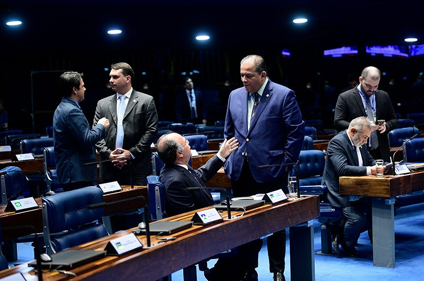Senadores aprovaram nesta quinta projeto de lei de conversão de Flávio Bolsonaro (2º à esq.)