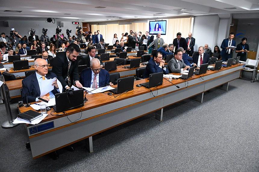 Comissão de Constituição, Justiça e Cidadania (CCJ) realiza reunião com 26 itens. Entre eles, a MSF 53/2019, que trata de indicação para o cargo de procurador-geral da República.  Bancada: senador Lasier Martins (Podemos-RS);  senador Oriovisto Guimarães (Podemos-PR); senador Eduardo Braga (MDB-AM);  senador Roberto Rocha (PSDB-MA);  senador Antonio Anastasia (PSDB-MG);  senador Tasso Jereissati (PSDB-CE).  Foto: Marcos Oliveira/Agência Senado