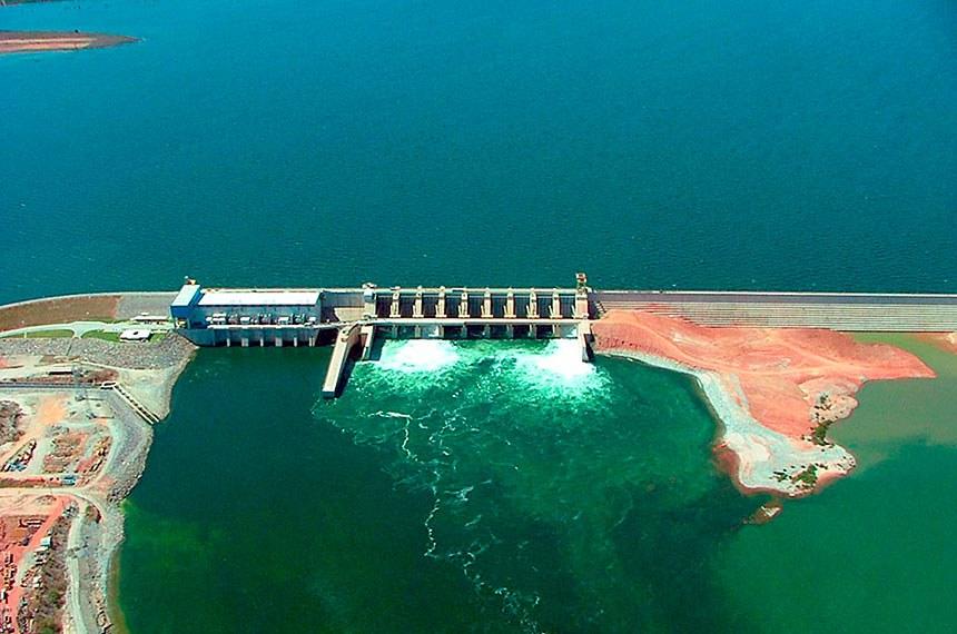 BIE - Vista aérea da Usina Hidrelérica de Peixe Angical.   Iniciada em abril de 2002, a construção da usina hidrelétrica de Peixe Angical ficou interrompida por cerca de um ano até ser retomada em outubro de 2003, com a entrada de Furnas na Sociedade de Propósito Específico Enerpeixe, hoje formada pela Energias do Brasil (Grupo EDP /Energias de Portugal), com 60% de participação, e Furnas, com 40%, totalizando investimentos de R$ 1,6 bilhão.   Foto: Eletrobras Furnas