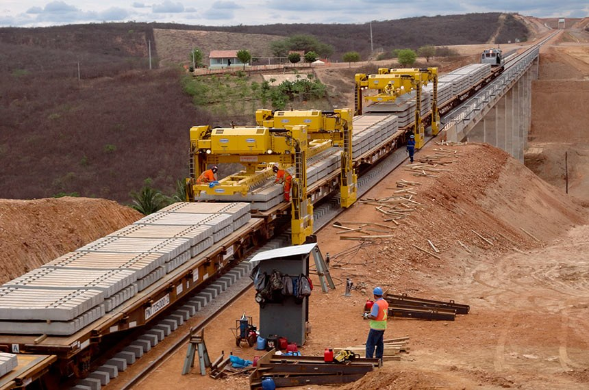 Ferrovia Transnordestina. Colocação de dormentes na ferrovia Transnordestina.  Foto: Divulgação (outubro 2011)
