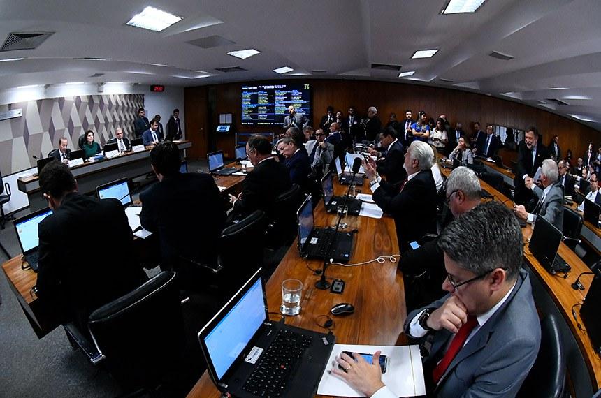 Senadores da CCJ na reunião em que texto-base foi aprovado