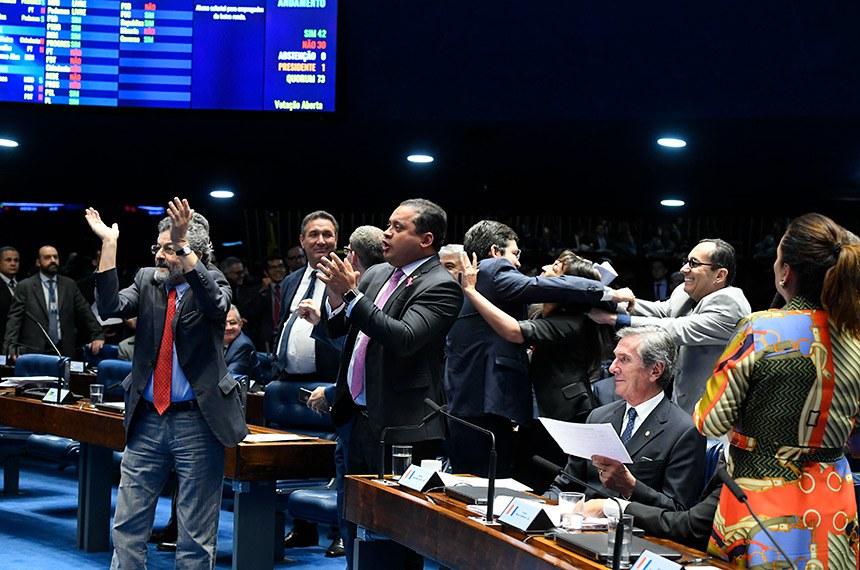 Plenário do Senado Federal durante sessão deliberativa ordinária.   Votação de dez destaques de bancada.   Parlamentares comemoram resultado de votação.  Foto: Roque de Sá/Agência Senado